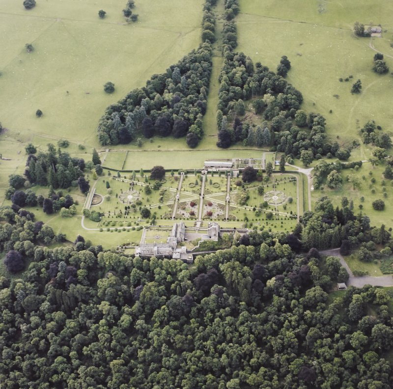Oblique aerial view centred on Drummond Castle and gardens, taken from the NNW