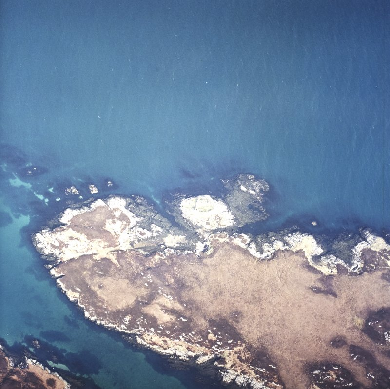 Oblique aerial view centred on the remains of the castle, taken from the SSE.