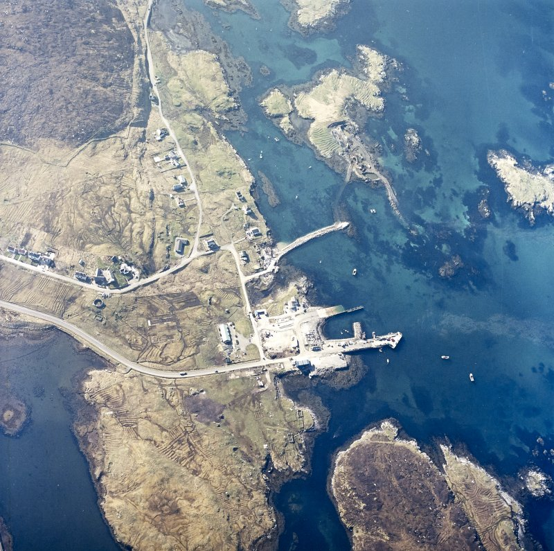Oblique aerial view centred on the pier and the town, taken from the NNW.