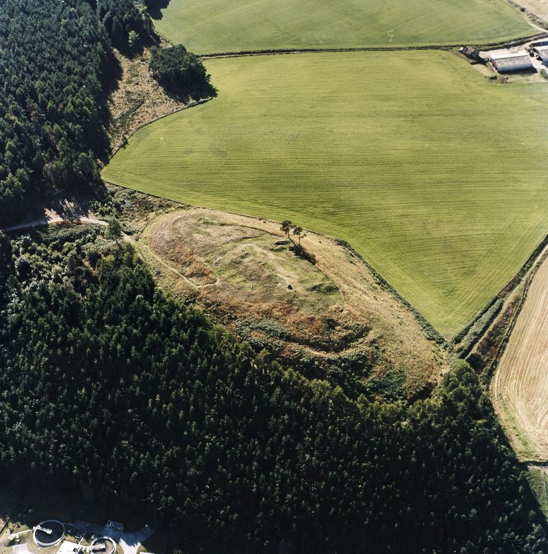 Oblique aerial view centred on the remains of the castle and the possible fort, taken from the E.