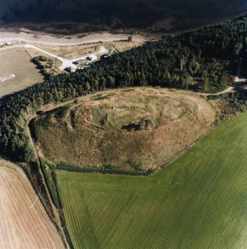 Oblique aerial view centred on the remains of the castle and the possible fort, taken from the NW.