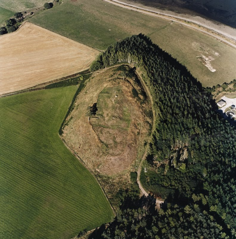 Oblique aerial view centred on the remains of the castle and the possible fort, taken from the SW.