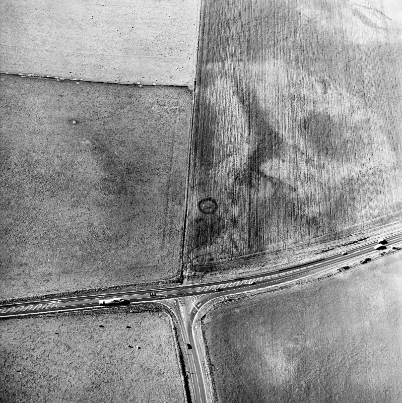 Newton and Upper Cullernie, oblique aerial view, taken from the SSE, centred on the cropmarks of a barrow.