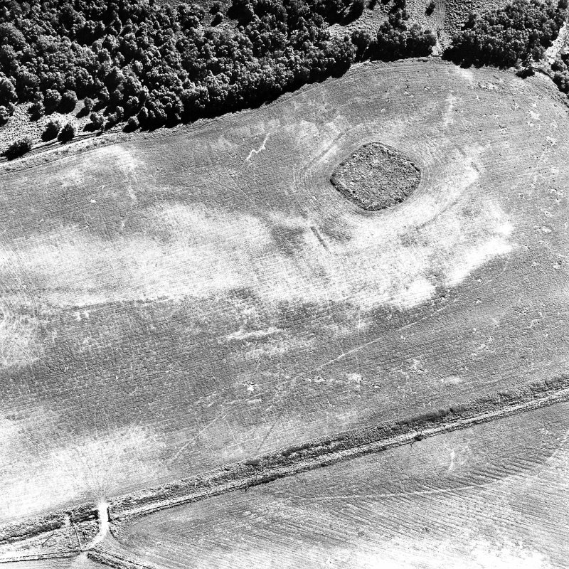 Parc-an-Caipel, Congash, oblique aerial view, taken from the NNW, centred on the remains of a chapel and burial-ground and on the cropmarks of an enclosure.