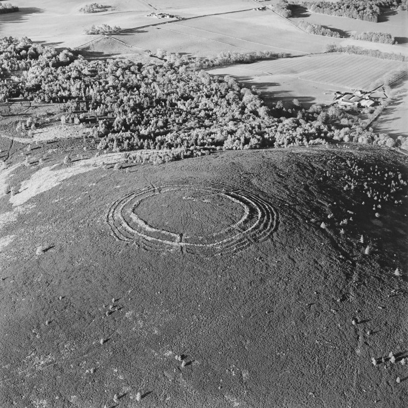 Barmekin of Echt, oblique aerial view, taken from the WSW, centred on the fort.