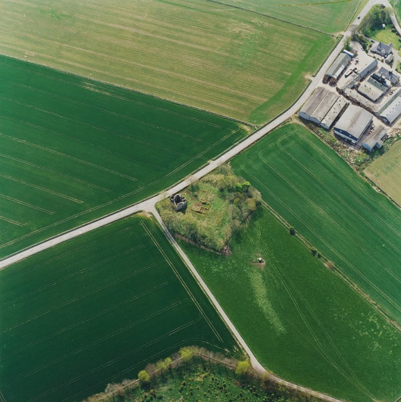 Oblique aerial view centred on the remains of the castle and tower-house, taken from the N.