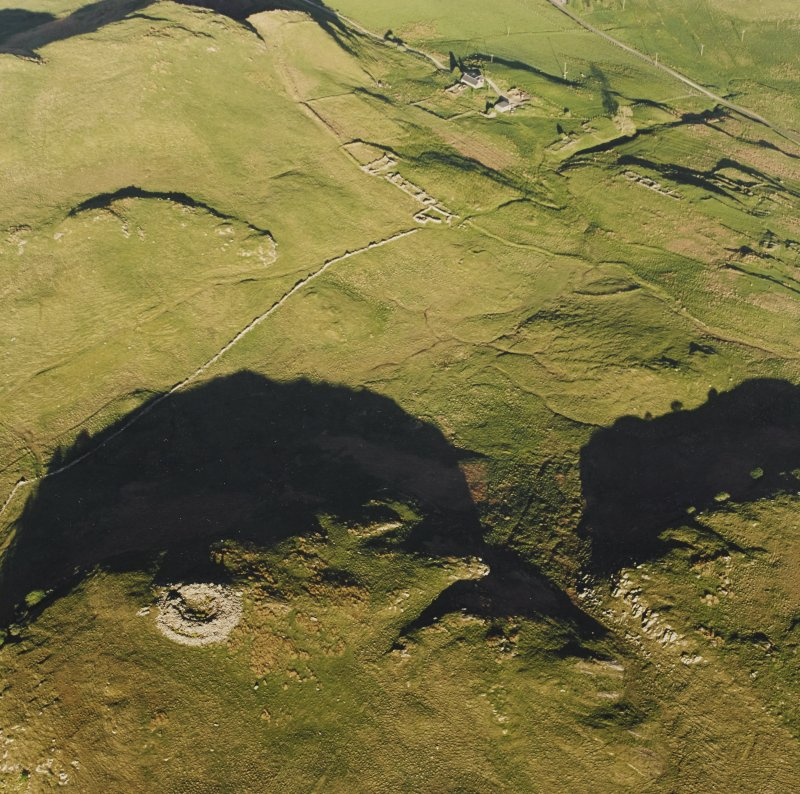 Oblique aerial view of Caisteal Suidhe Cheannaidh, taken from the north west, centred on a dun.