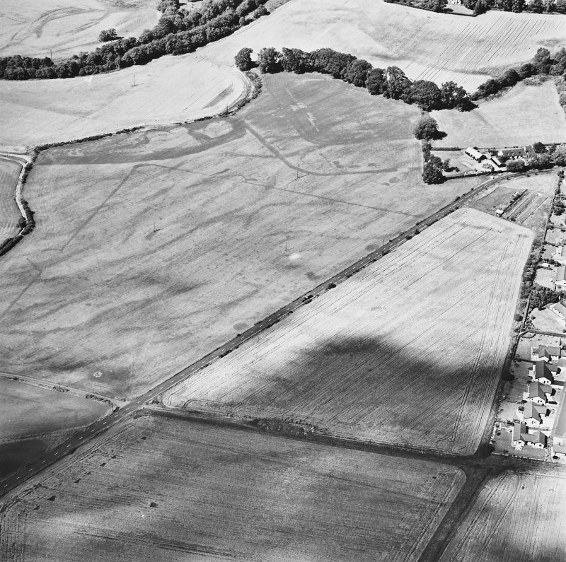Dalginross, oblique aerial view, taken from the SSE, centred on the cropmarks of the Roman Temporary camp. The S corner of the Roman fort is visible in the top half of the photograph.