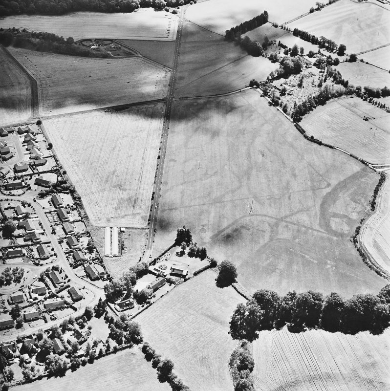Dalginross, oblique aerial view, taken from the N, centred on the cropmarks of the Roman Temporary camp. The S corner of the Roman fort is visible in the bottom half of the photograph.