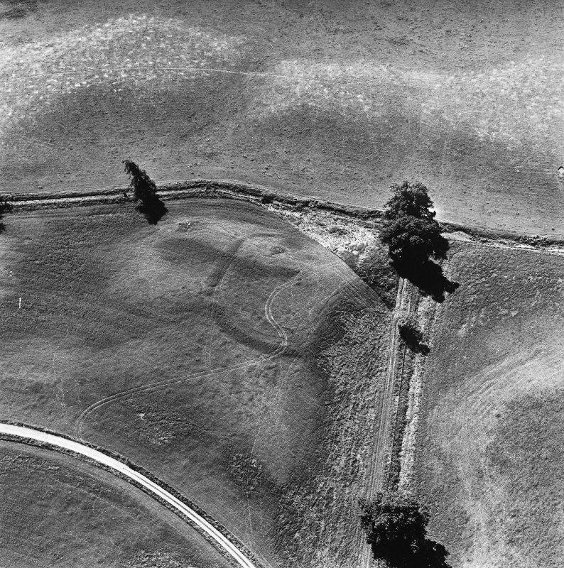 Monzie, oblique aerial view, taken from the NE, centred on the cropmarks of a settlement and palisaded settlement.