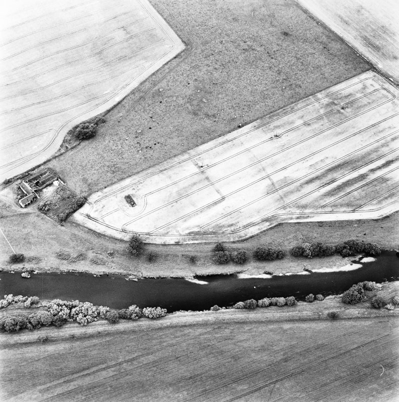 Gascon Hall, oblique aerial view taken from the SW, centred on the cropmarks of a castle and an enclosure.