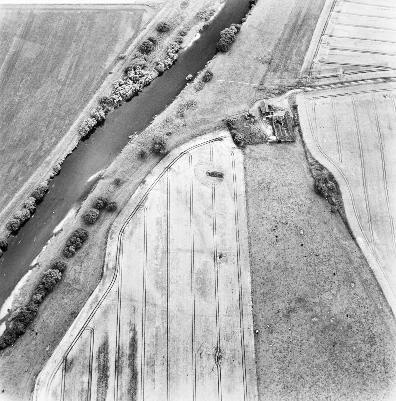 Gascon Hall, oblique aerial view taken from the NE, centred on the cropmarks of a castle and an enclosure.