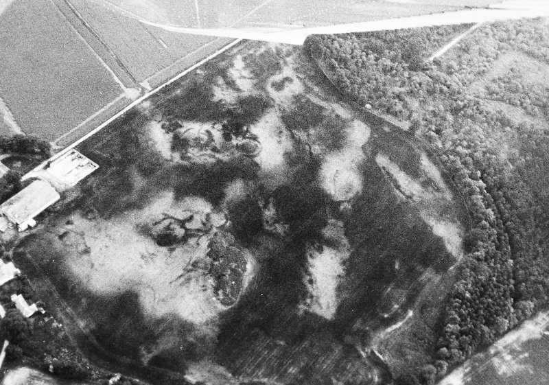 Oblique aerial view centred on the cropmarks of the unenclosed settlement, taken from the NE.