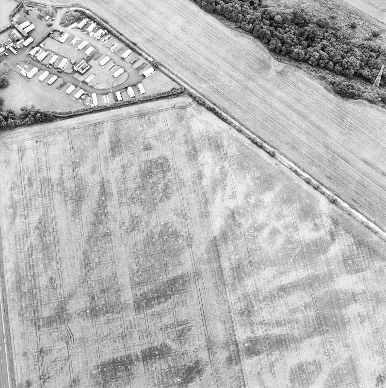 Oblique aerial view centred on the cropmarks of the possible mortuary enclosure, taken from the NNE.