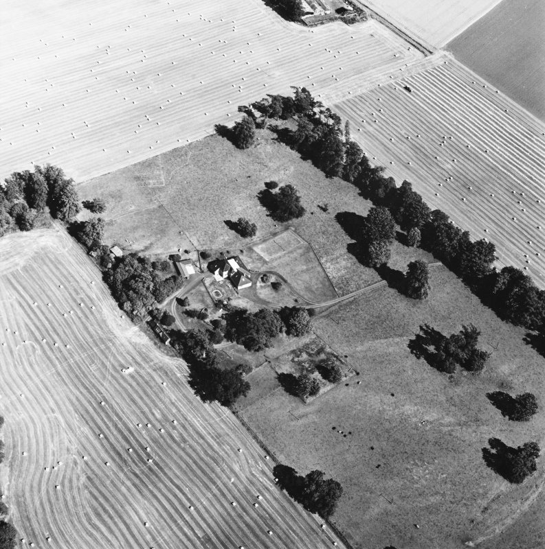 Carpow Roman Fort, oblique aerial view, taken from the W, centred on the cropmarks of the SW corner of the fort and internal buildings.