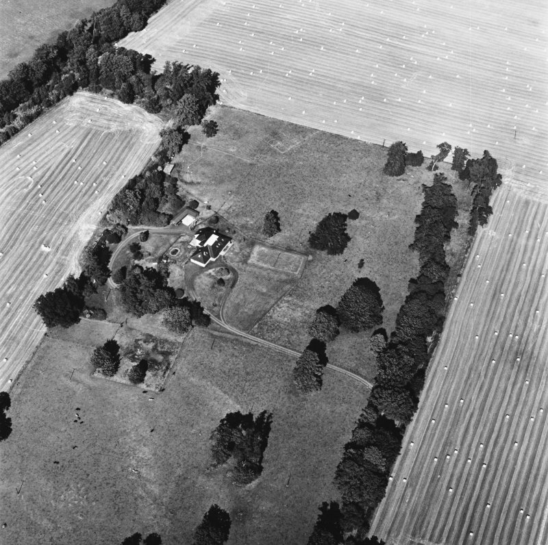 Carpow Roman Fort, oblique aerial view, taken from the SW, centred on the cropmarks of the SW corner of the fort and internal buildings.