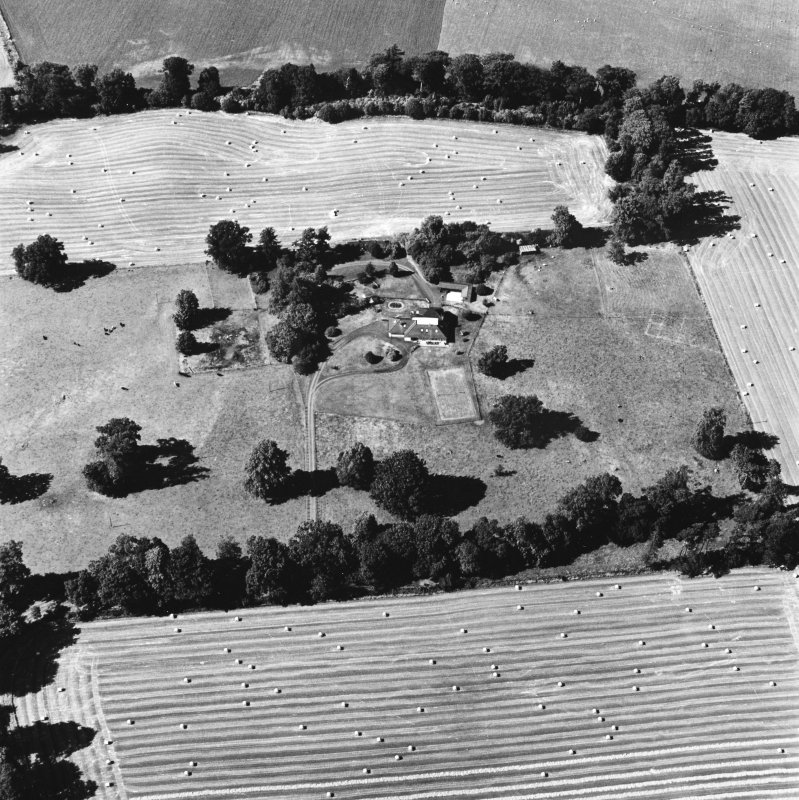 Carpow Roman Fort, oblique aerial view, taken from the SSE, centred on the cropmarks of the SW corner of the fort and internal buildings.