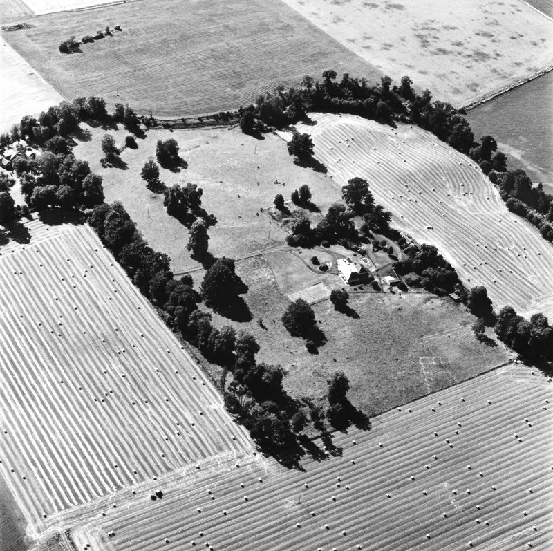 Carpow Roman Fort, oblique aerial view, taken from the E, centred on the cropmarks of the SW corner of the fort and internal buildings.