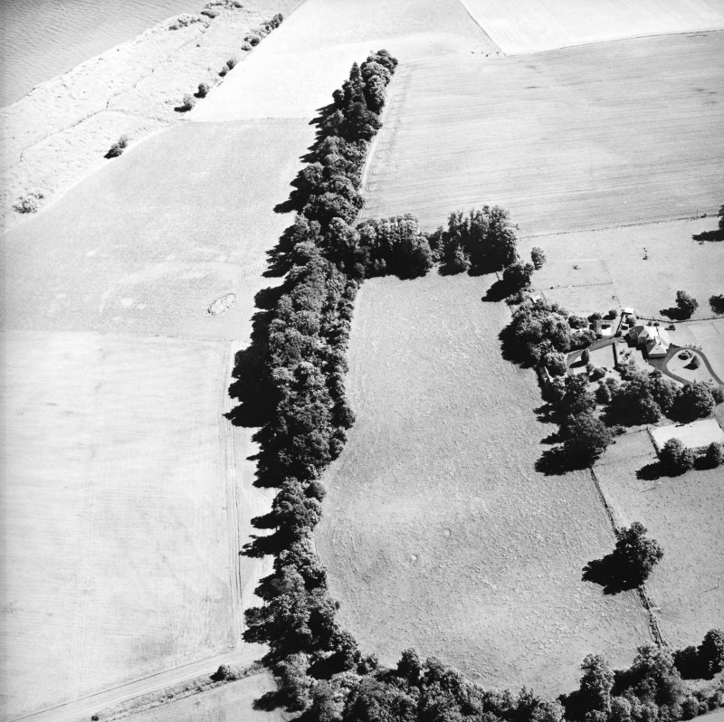 Oblique aerial view centred on the cropmarks of the Roman Fortress, taken from the SW.
