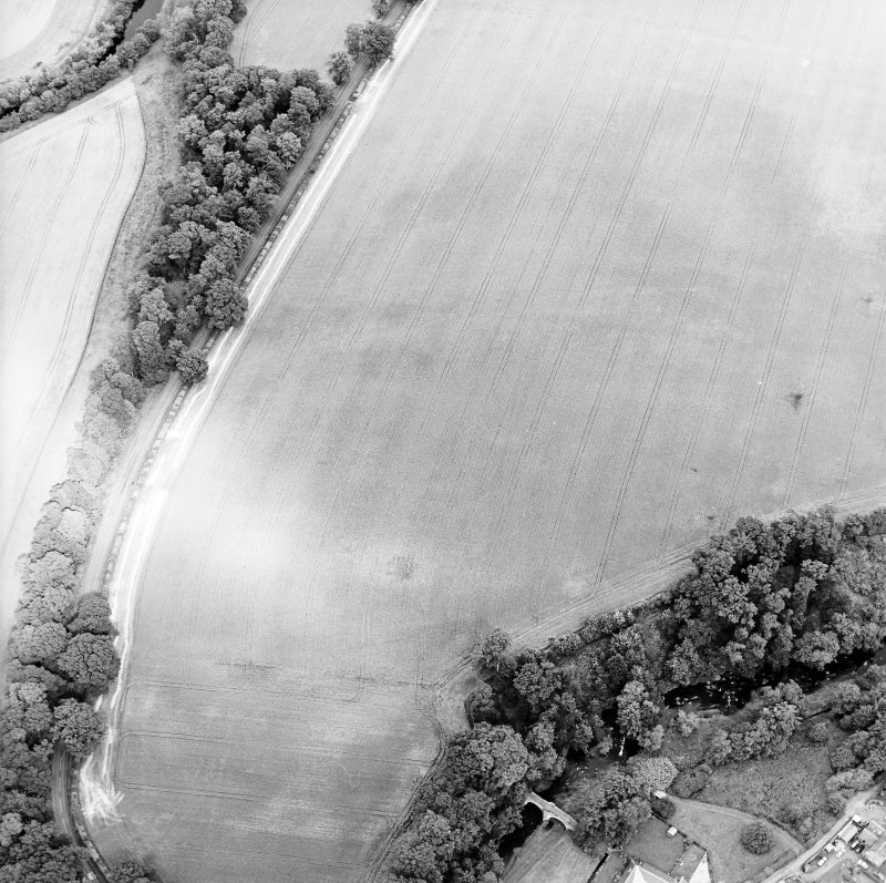 Oblique aerial view centred on the cropmarks of the fort with the bridge adjacent, taken from the SW.