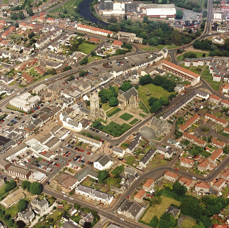 Oblique aerial view of Kilwinning, centred on Kilwinning Abbey, taken from the SW.