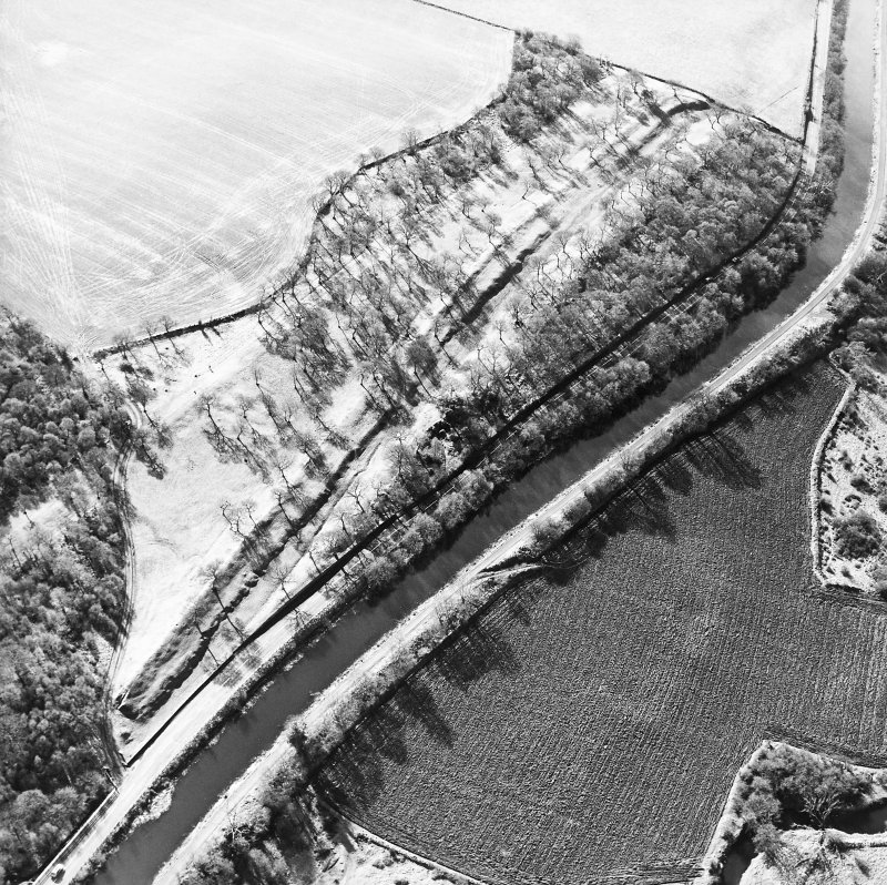 Aerial view of the Antonine Wall (c. 814 794) and Seabegs Wood fortlet, taken from the NE.