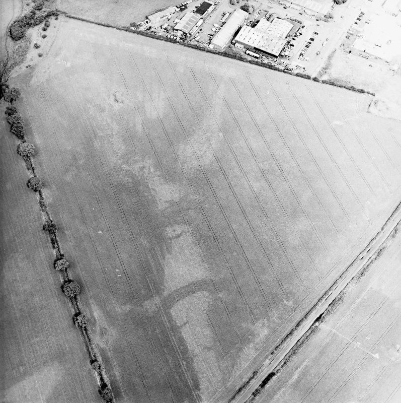 Oblique aerial view centred on the cropmarks of the pits, rig and Roman temporary camps, taken from the S.