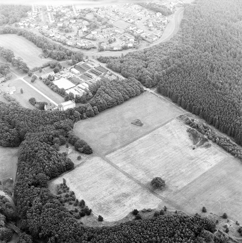 Oblique aerial view of Bo'ness, Kinneil, centred on the cropmarks of the Antonine Wall with a church and tower-house adjacent, taken from the NW.