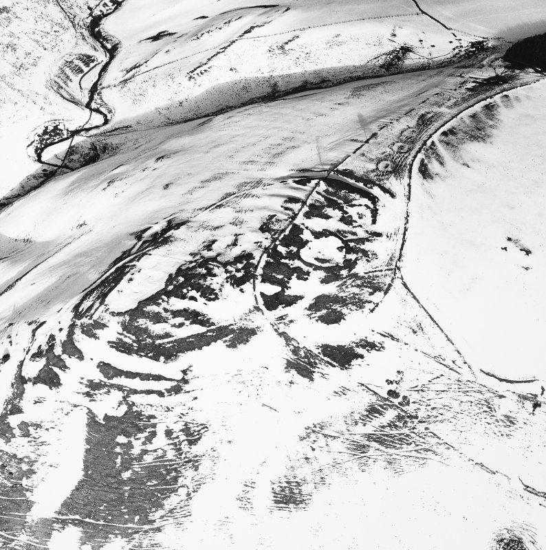Kirktonhill, oblique aerial view, taken from the SW, centred on the snow-covered fort.