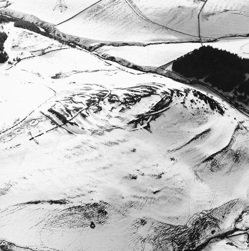 Kirktonhill, oblique aerial view, taken from the NE, centred on the snow-covered fort.