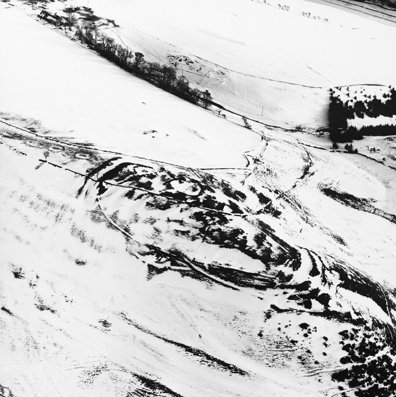 Kirktonhill, oblique aerial view, taken from the NW, centred on the snow-covered fort.