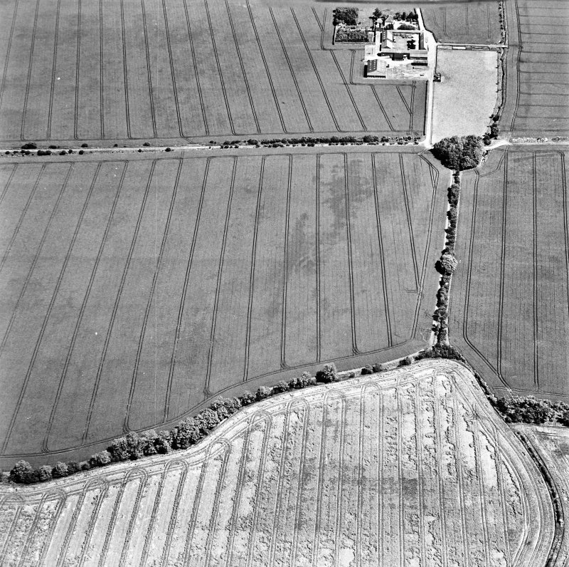 Ballencrieff Mains, oblique aerial view, taken from the SW, centred on cropmarks including an enclosure, settlement and linear cropmark. The remains of the Gullane Branch Line railway are visible in the top half of the photograph.