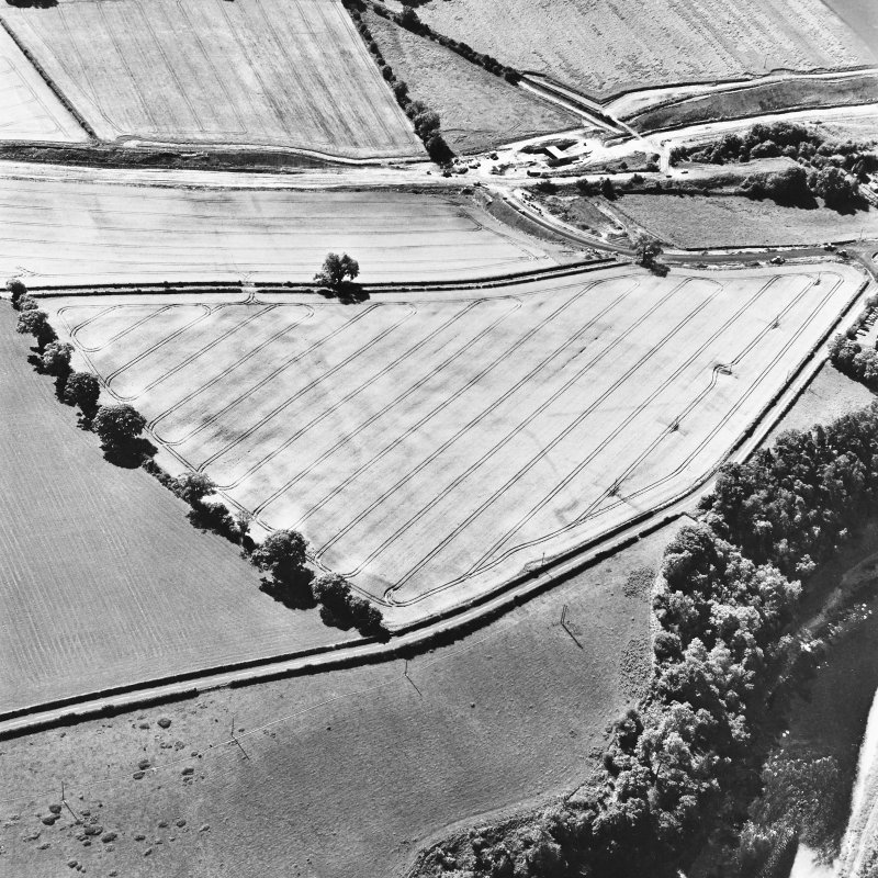 Newstead, oblique aerial view, taken from the NNE, centred on the Roman fort and the western and southern annexes. The Newstead by-pass (under construction) is visible in the top half of the photograph.