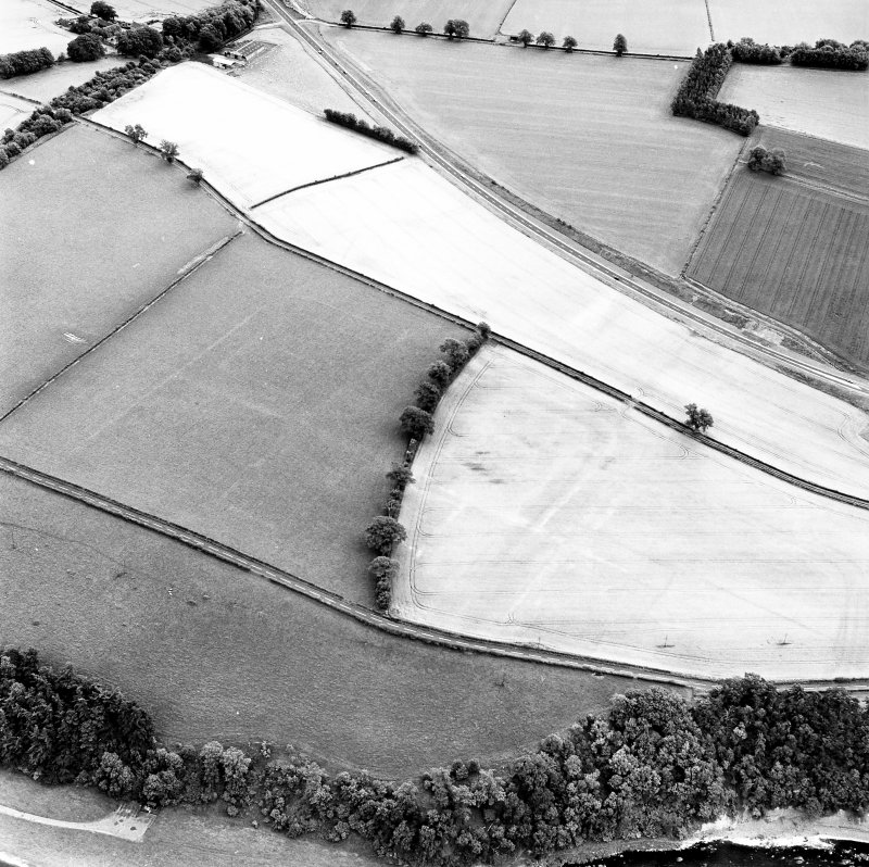 Newstead, oblique aerial view, taken from the NNW, centred on the cropmarks of the Roman Fort.