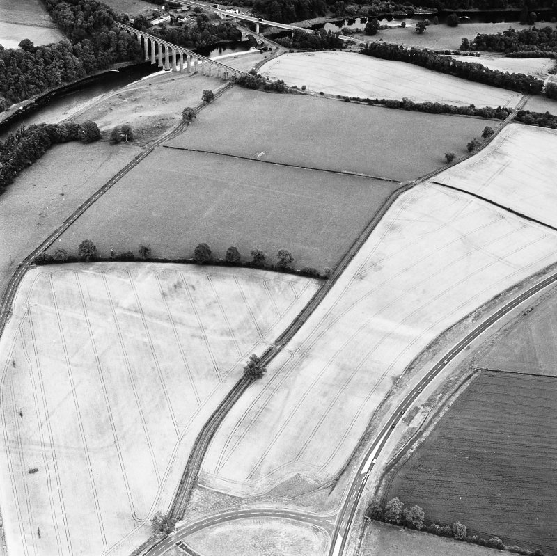 Newstead, oblique aerial view, taken from the SW, centred on the cropmarks of the Roman Fort and Southern Annexe.