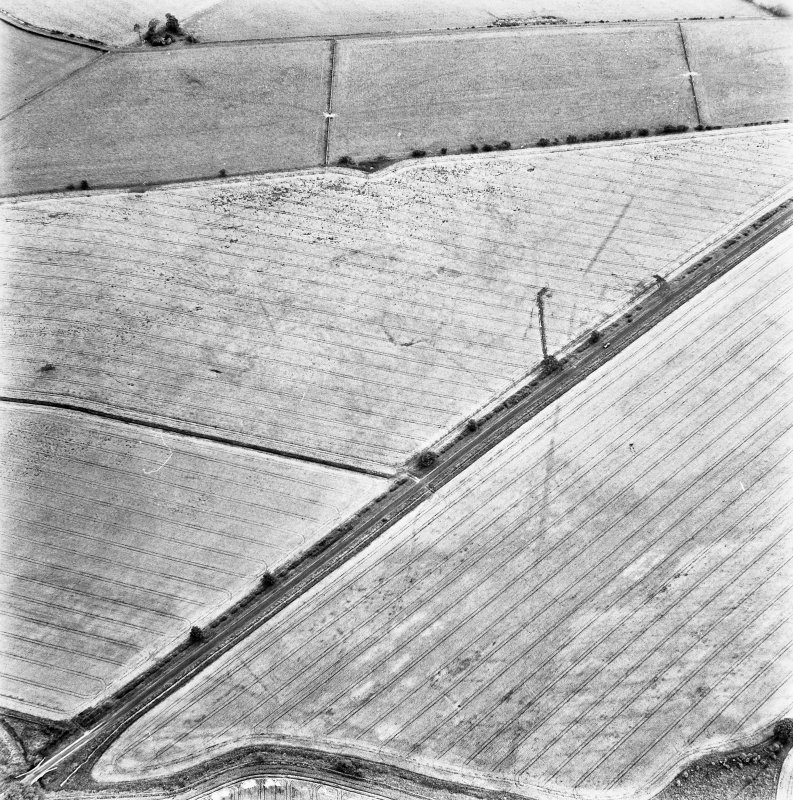 St Leonard's Hill, oblique aerial view, taken from the WNW, centred on the cropmarks of the SW side of a Roman Temporary Camp.