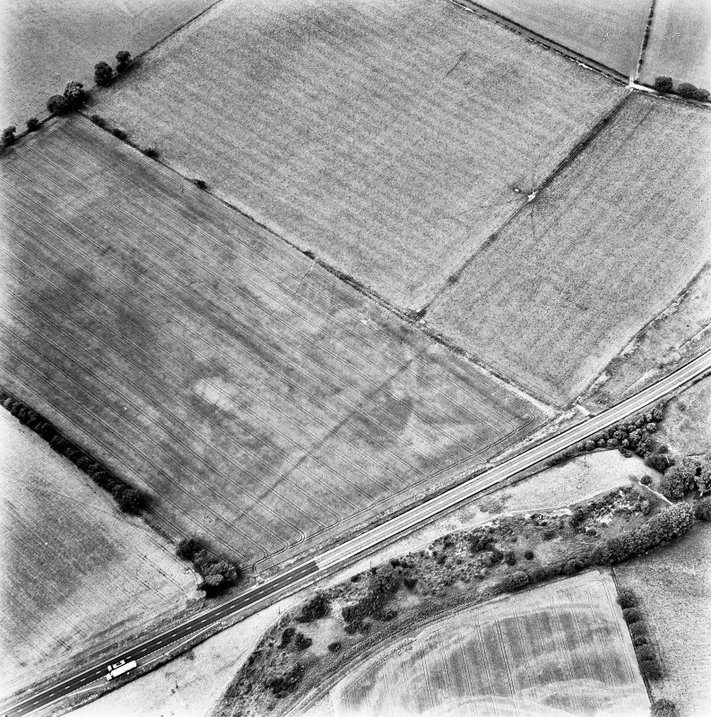 St Leonard's Hill, oblique aerial view, taken from the SE, centred on the cropmarks of the SE corner of a Roman Temporary Camp.
