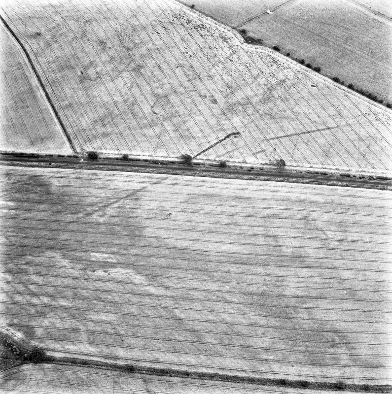 St Leonard's Hill, oblique aerial view, taken from the WSW, centred on the cropmarks of the SW side of a Roman Temporary Camp.