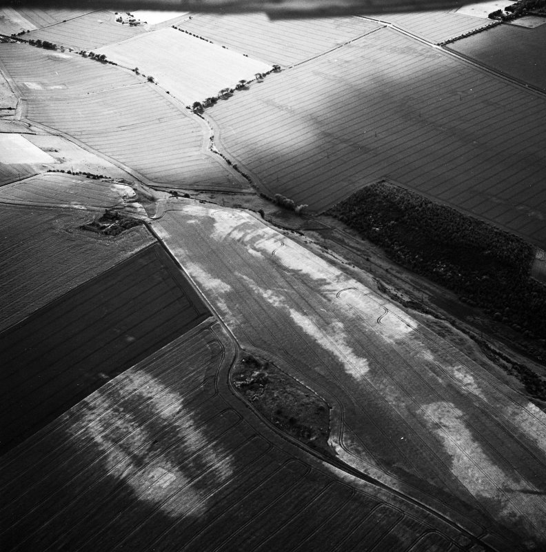 Hanging Craig and Seaton Law, oblique aerial view, taken from the ESE, centred on the cropmarks of a fort. The remains of a fort and Barnes Castle tower-house are visible in the centre of the photograph.