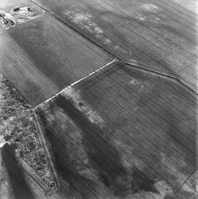 The Chesters, Drem, oblique aerial view, taken from the ESE, centred on the cropmarks of a pit-alignment.