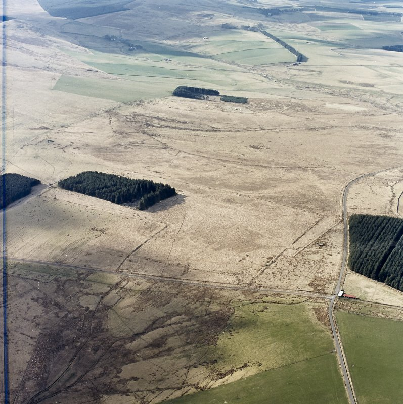 Oblique aerial view centred on the remains of Roman temporary camps, earthwork, sheepfolds, enclosure and rig, taken from the NE.