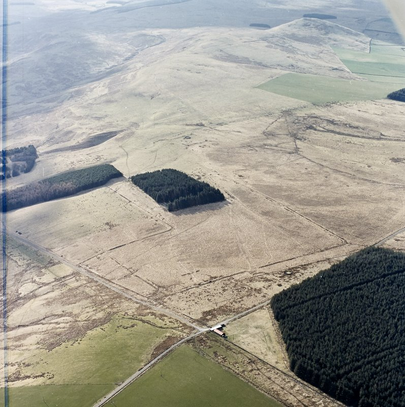 Oblique aerial view centred on the remains of Roman temporary camps, earthwork, sheepfolds, enclosure and rig, taken from the NNE.