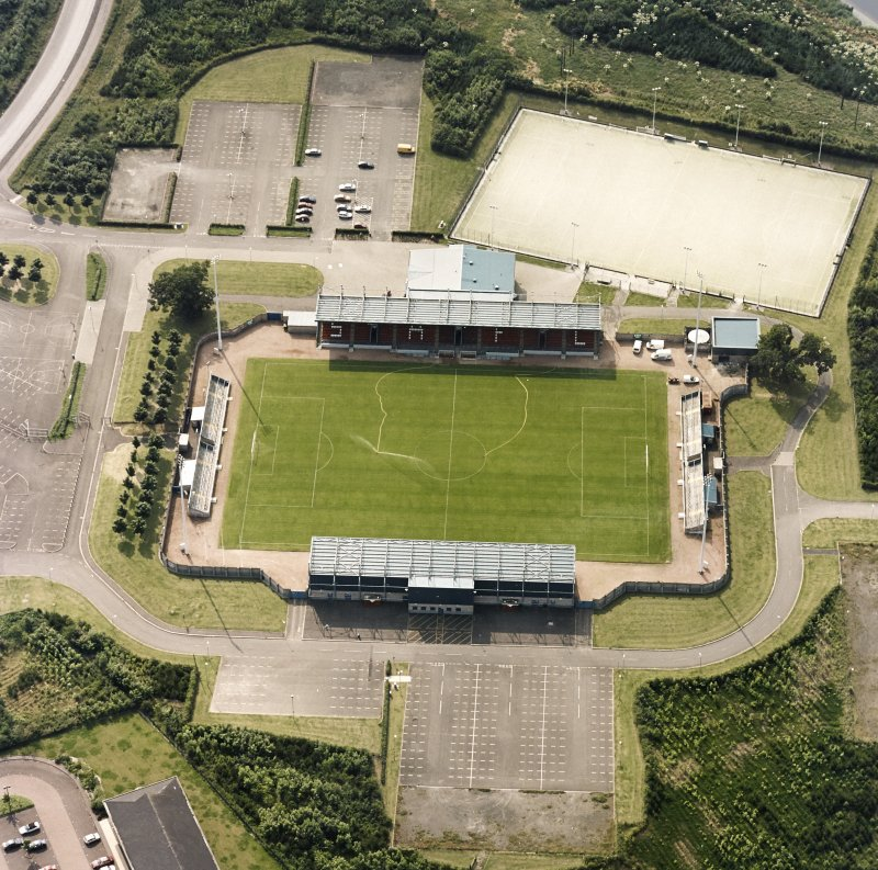 Oblique aerial view centred on the football ground, taken from the E.