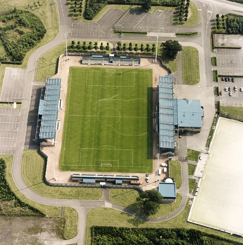Oblique aerial view centred on the football ground, taken from the N.