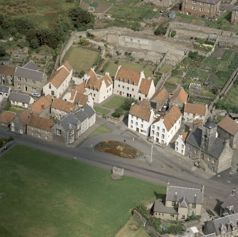 Oblique aerial view of Culross Palace and area around Sandhaven