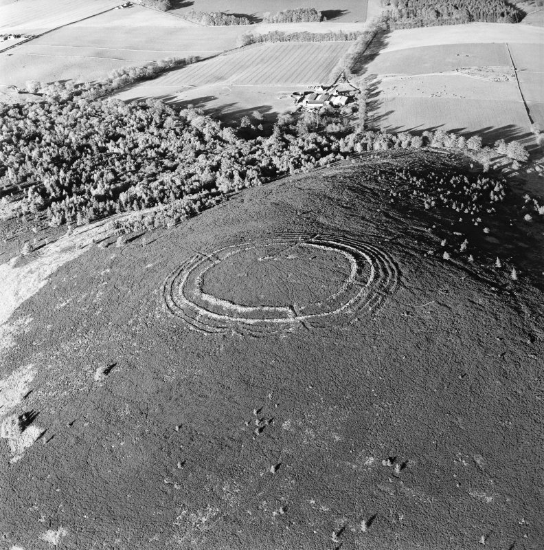Barmekin of Echt, oblique aerial view, taken from the W, centred on the fort.