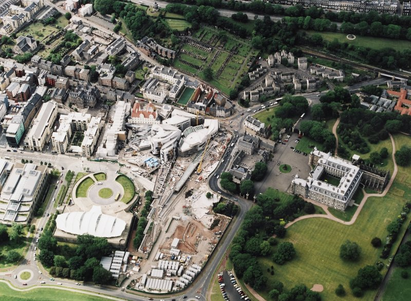 Oblique aerial view centred on the construction of the Scottish Parliament with the exhibition centre and palace adjacent, Edinburgh