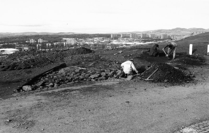Excavation photograph : working shot - stone cleaning.