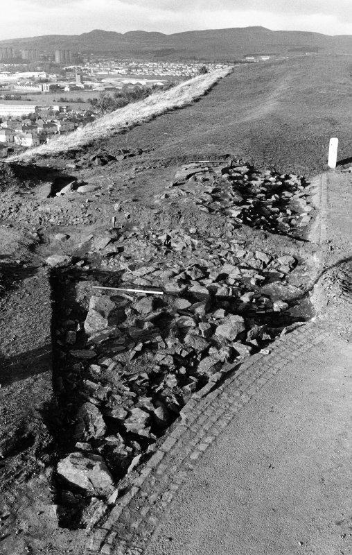 Excavation photograph : whole trench, bank 002/006 exposed.