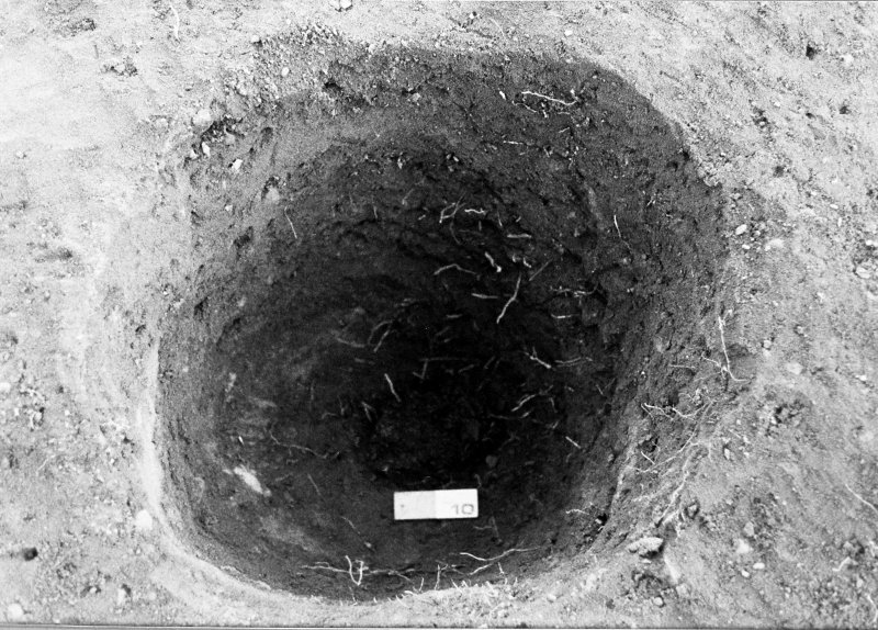 Excavation photograph : pit f868 fully excavated with post in situ at base, from S.